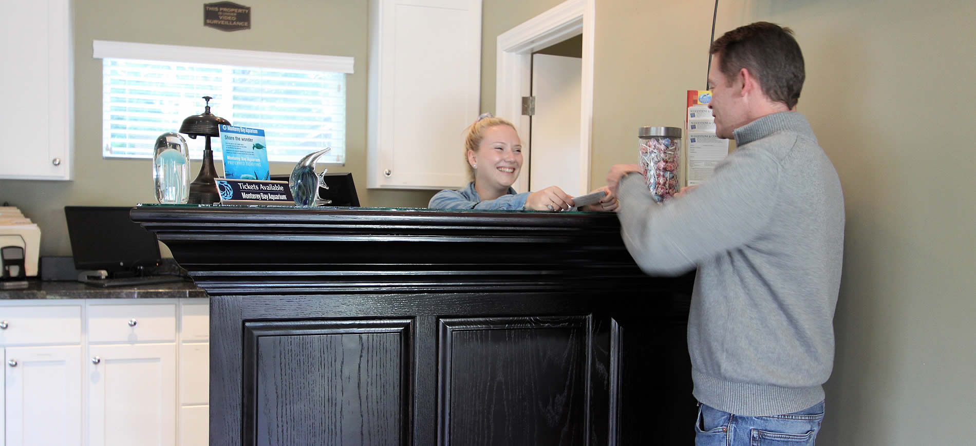 welcome to the monterey peninsula inn - woman at desk greeting customer